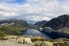 Точка зрения Dalsnibba и озеро Djupvatnet в Норвегии Стоковые Фотографии RF