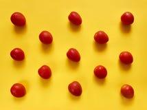 Точки томатов на желтой предпосылке Стоковое Изображение RF