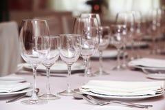 Точная сервировка стола в ресторане для гурманов (конец-вверх) Стоковые Изображения