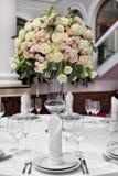 Точная сервировка стола с розами Стоковая Фотография