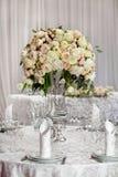 Точная сервировка стола с розами Стоковое Изображение RF
