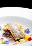 Точное филе обедая, белая рыбы обвалянное в сухарях в травах и специя с креветками Стоковые Фотографии RF