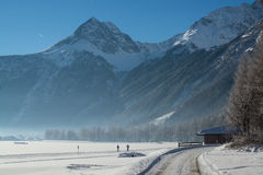 Точный ландшафт гор зимы день солнечный Спад зимы Яркие цвета Река леса леса зимы Ветви в hoar Стоковое Изображение