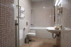 Точный интерьер ванной комнаты гостиницы в бежевом и белом Стоковое Фото