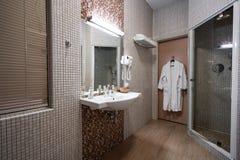 Точный интерьер ванной комнаты гостиницы в бежевом цвете Стоковое фото RF