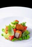 Точный обедать, зажаренный осьминог на муссе базилика, зеленых горохах Стоковые Изображения