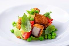 Точный обедать, зажаренный осьминог на муссе базилика, зеленых горохах Стоковое Изображение RF