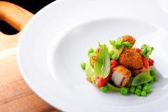 Точный обедать, зажаренный осьминог на муссе базилика, зеленых горохах Стоковые Фото