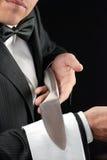 Точный обедая кельнер представляя нож Стоковые Фотографии RF