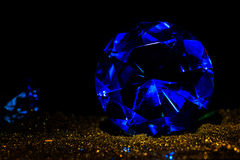 Точный роскошный голубой диамант океана Украшение ювелирных изделий на темном b Стоковые Фотографии RF