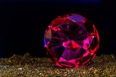 Точный роскошный розовый диамант Украшение ювелирных изделий на темном backgro Стоковые Фотографии RF