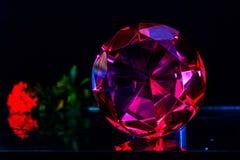 Точный роскошный розовый диамант Украшение ювелирных изделий на темном backgro Стоковая Фотография