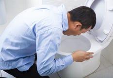 Тошнить молодого человека пьяный или больной Стоковая Фотография RF