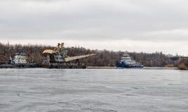 Толкатель гужа реки волочит плавучий кран на канале корабля до конца Стоковое Фото