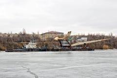 Толкатель гужа реки волочит плавучий кран на канале корабля до конца Стоковая Фотография