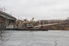 Толкатель гужа реки волочит плавучий кран на канале корабля до конца Стоковое Изображение RF