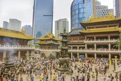 Толпа верующих в ` Jing буддийского виска в Шанхае Стоковое Фото