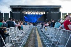 Толпа веселя людей наслаждаясь концертом в реальном маштабе времени Стоковые Фото