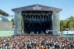 Толпа в концерте на фестивале Dcode Стоковое Изображение