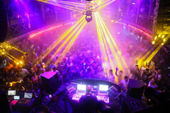Толпа в discotheque Стоковые Изображения