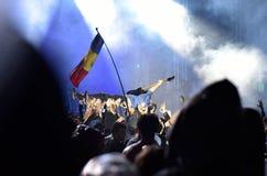 Толпа гитариста занимаясь серфингом во время концерта Стоковая Фотография RF