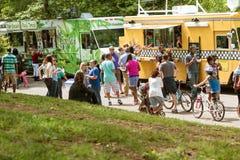 Толпа ед покупки людей от тележек еды Атланты Стоковые Изображения