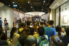 Толпа ждать в тоннеле трамвая Стоковые Фотографии RF