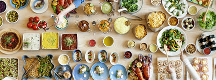 Толпа завтрак-обеда отборная обедая варианты еды есть концепцию стоковое изображение rf