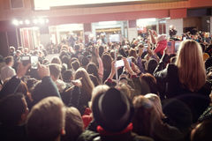 Толпа и вентиляторы на премьере фильма красного ковра стоковое изображение rf