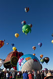 Толпа и горячие воздушные шары Стоковая Фотография
