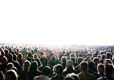 Толпа концерта искупанная в ярком свете Стоковое Фото