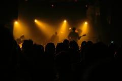 Толпа концерта музыки, люди наслаждаясь представлением в реальном маштабе времени утеса стоковые изображения rf