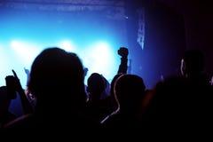 Толпа концерта музыки, люди наслаждаясь представлением в реальном маштабе времени утеса стоковые изображения