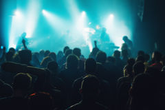 Толпа концерта музыки, люди наслаждаясь представлением в реальном маштабе времени утеса стоковое фото rf