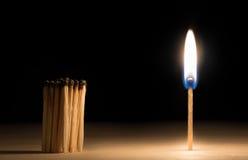 Толпа, который сгорели спичек стоя перед спичкой на концепции огня  Стоковое фото RF
