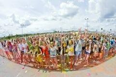 Толпа молодых человеков с покрашенными сторонами на colorfest Стоковое фото RF