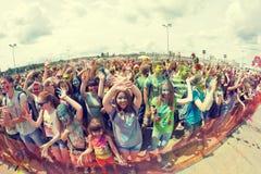 Толпа молодых человеков с покрашенными сторонами на colorfest Стоковые Изображения