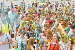 Толпа молодых человеков с покрашенными сторонами на colorfest Стоковое Изображение