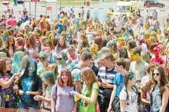 Толпа молодых человеков с покрашенными сторонами на colorfest Стоковое Фото