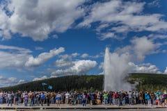 Толпа наблюдая старое верное Стоковая Фотография