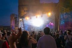 Толпа на концерте и запачканных светах этапа Стоковая Фотография