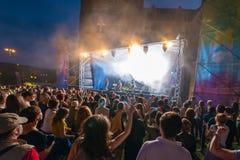 Толпа на концерте и запачканных светах этапа Стоковое фото RF