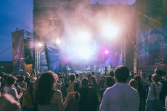 Толпа на концерте и запачканных светах этапа Стоковые Фотографии RF