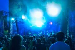 Толпа на концерте и запачканных светах этапа Стоковые Изображения RF