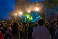 Толпа на концерте и запачканных светах этапа Стоковое Изображение RF