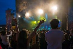 Толпа на концерте и запачканных светах этапа Стоковая Фотография RF