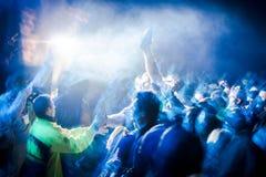 Толпа на под открытым небом концерте Стоковая Фотография