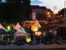 Толпа на фестивале ночи лета стоковое фото rf
