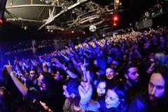 Толпа на discotheque Стоковые Изображения