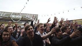 Толпа пробирок задвижки людей от этапа случай празднество смелости Счастье сток-видео